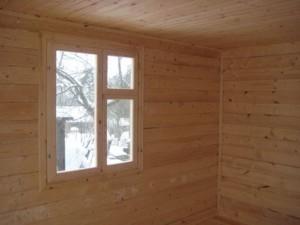 Деревянное окно в парильне