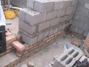 Массивные блоки в кладке стены